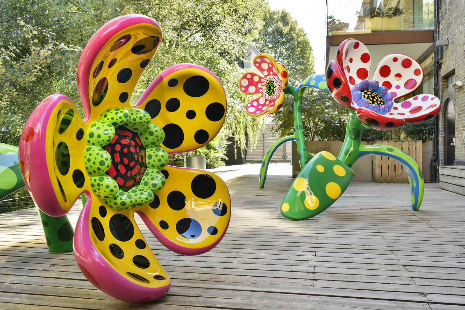 Yayoi Kusama escultura al aire libre de flores titulada Flowers that speak all about my heart given to the sky
